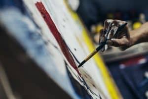 Schilder in atelier werken op doek